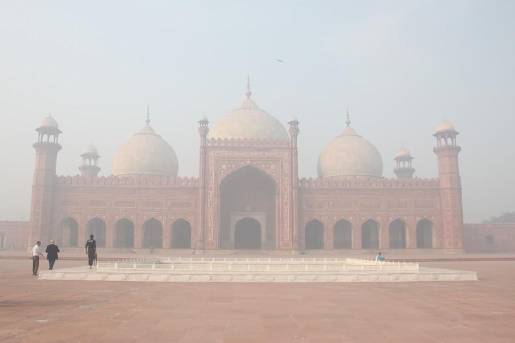 La mezquita de Bashahi, en Lahore, envuelta en la niebla | AGUS MORALES